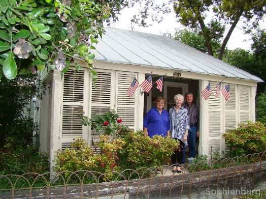 Author, Myra Lee Adams Goff in front of the 502 W. Mill home with Ann and Marvin Giambernardi. Karen Boyd photo collection.